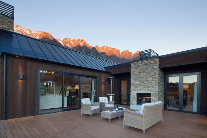 Luxury 5BDR Lodge - Ski, Golf & Relax In Style
