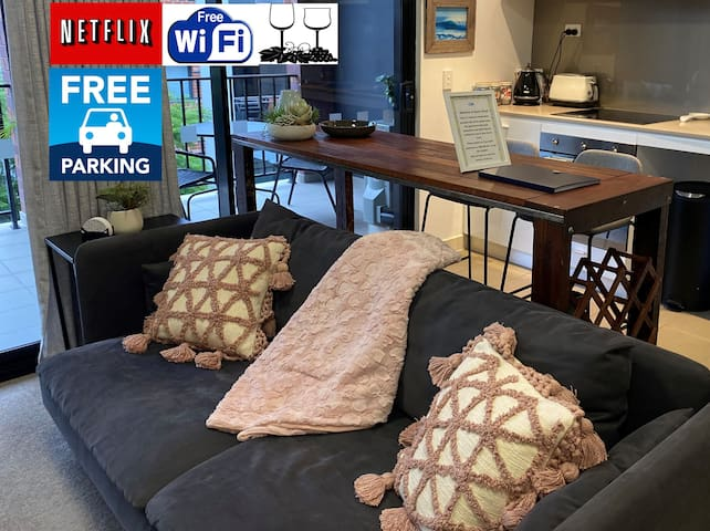 DELUXE CLOSE TO CITY WIFI NETFLIX WINE PARKING