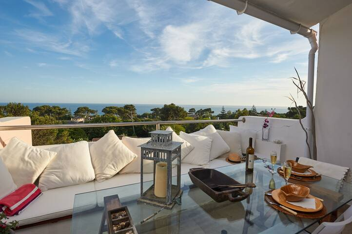 Gorgeous sea view from this great south facing balcony. Enjoy eating out or sunbathing from morning till evening. Views over marina and up to Lisbon. You can see the Cristo Rei statue from this here and our beautiful San Francisco(an) bridge.
